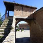 Arco Conjuradero de Villegas: Visión posterior, con la escalera de acceso.