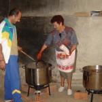 Cociendo y condimentando las morcillas