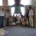 Campanario de la Igl. Santiago Apostol y parte de los asistentes